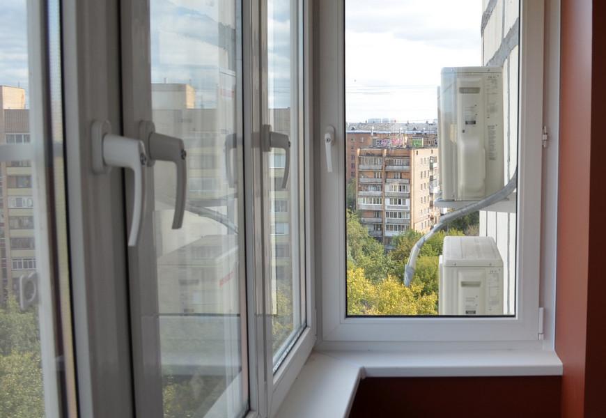Тёплое остекление балкона, окна ПВХ REHAU. Оконные ручки с ключом и замком.