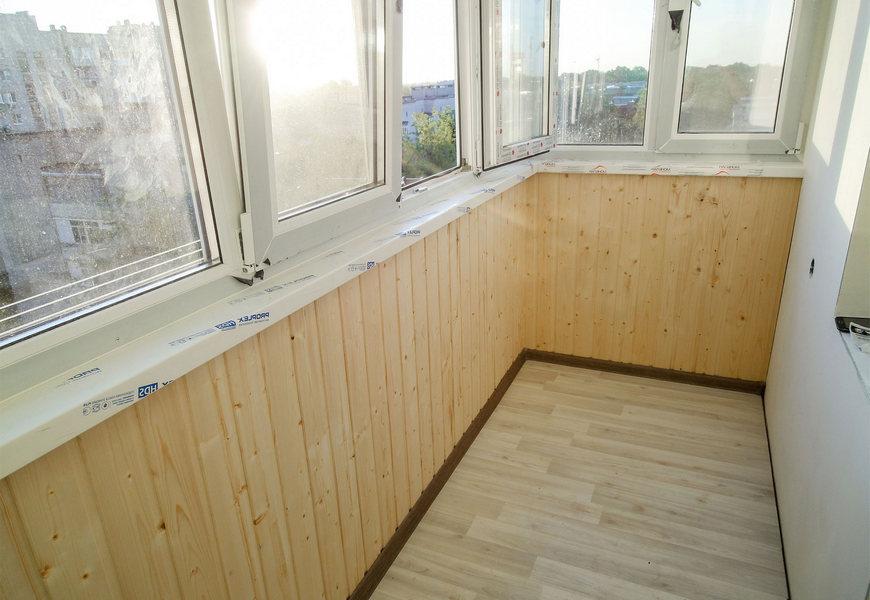 Тёплое остекление балкона системой Proplex, внутренняя отделка евровагонкой