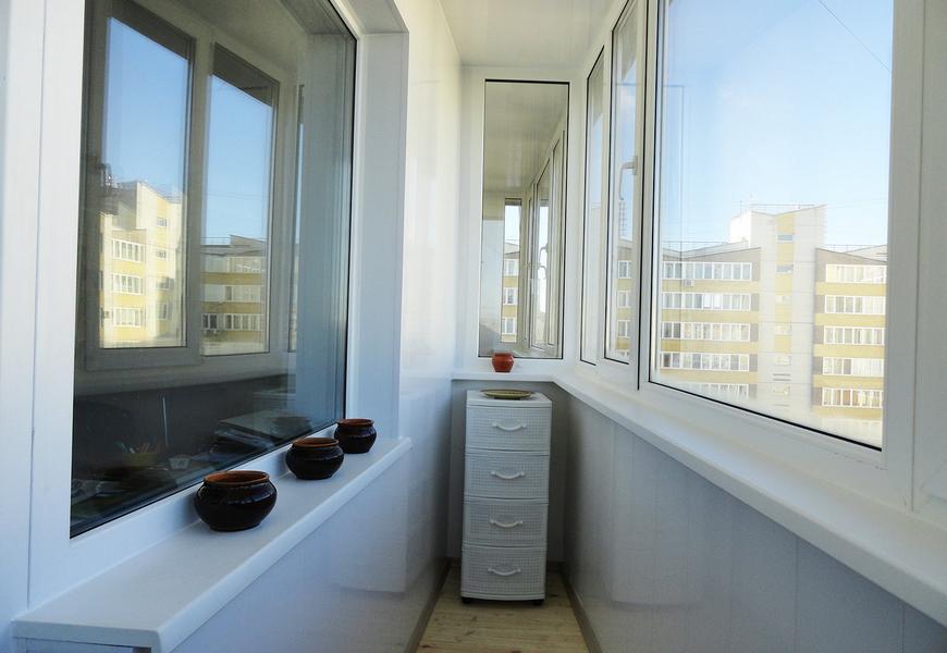 Балкон ПВХ системы REHAU, немецкая фурнитура Siegenia, обшивка пластиковыми панелями