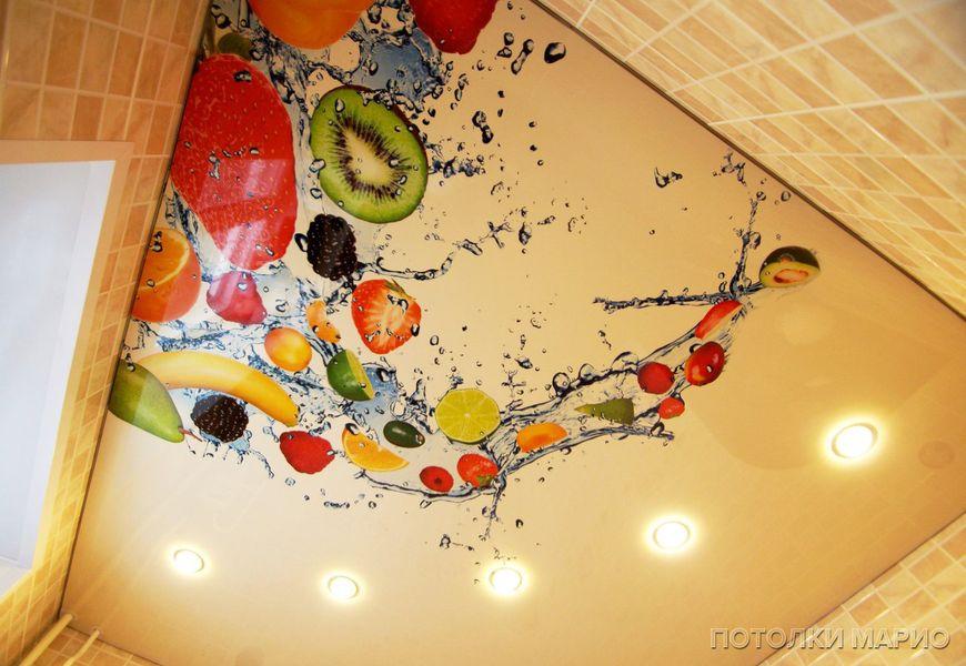 Глянцевый натяжной потолок с фотопечатью на кухню