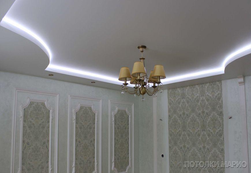Белый тканевый натяжной потолок для зала в классическом стиле